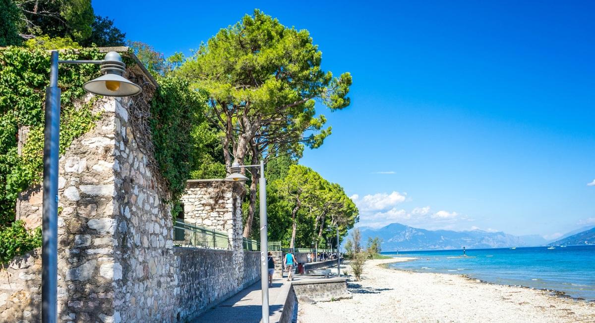 Urlaub am Gardasee: Strand und Blick auf den Gardasee